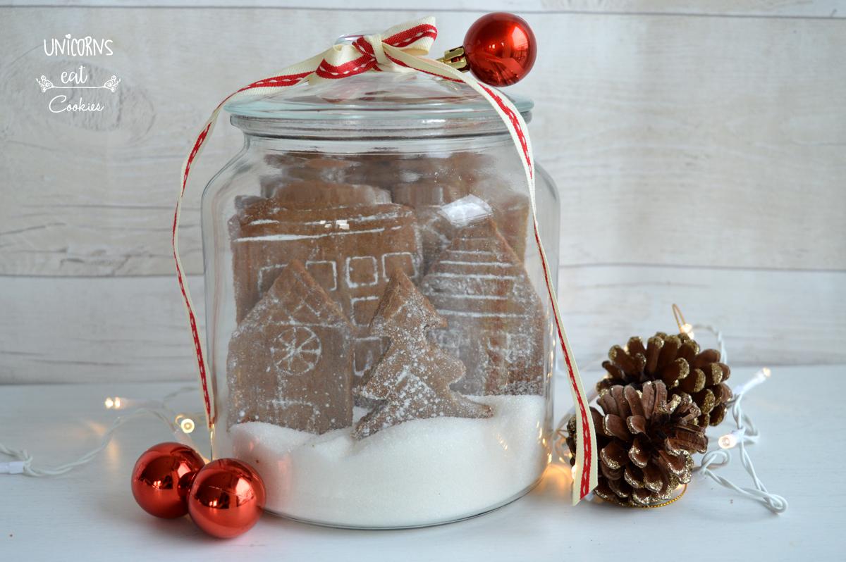 Citta di pan di zenzero, gingerbread house, casetta di pan di zenzero, gingerbread, biscotti di pan di zenzero, Città innevata di pan di zenzero, omino di marzapane, Natale, biscotti di Natale, biscotti da appendere all'albero