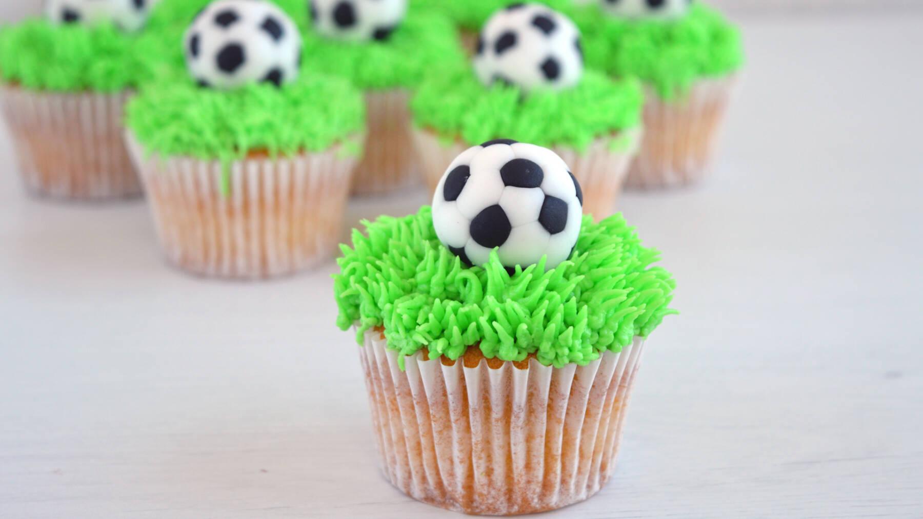 Cupcake calcio, come fare una torta tema calcio, palla da calcio in pasta di zucchero, palline in pasta di zucchero, torta pallone da calcio, ricetta facile cupcake, cupcake alla vaniglia, crema al burro, ricetta, ricetta originale cupcake,