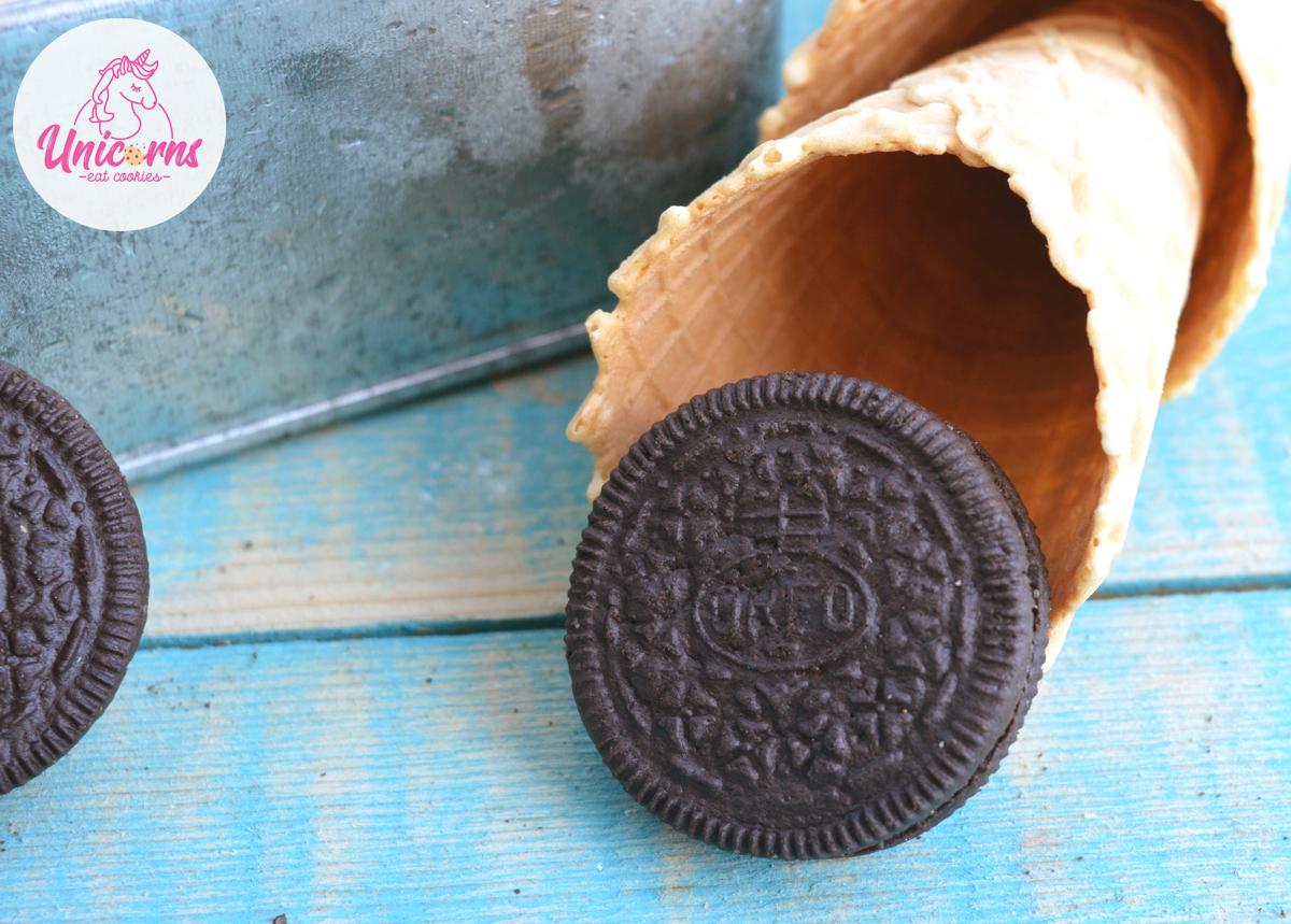 Un gelato agli oreo fatto in casa con solo tre ingredienti e senza l'utilizzo della gelatiera. Si prepara in pochi minuti e poi dritti in freezer.