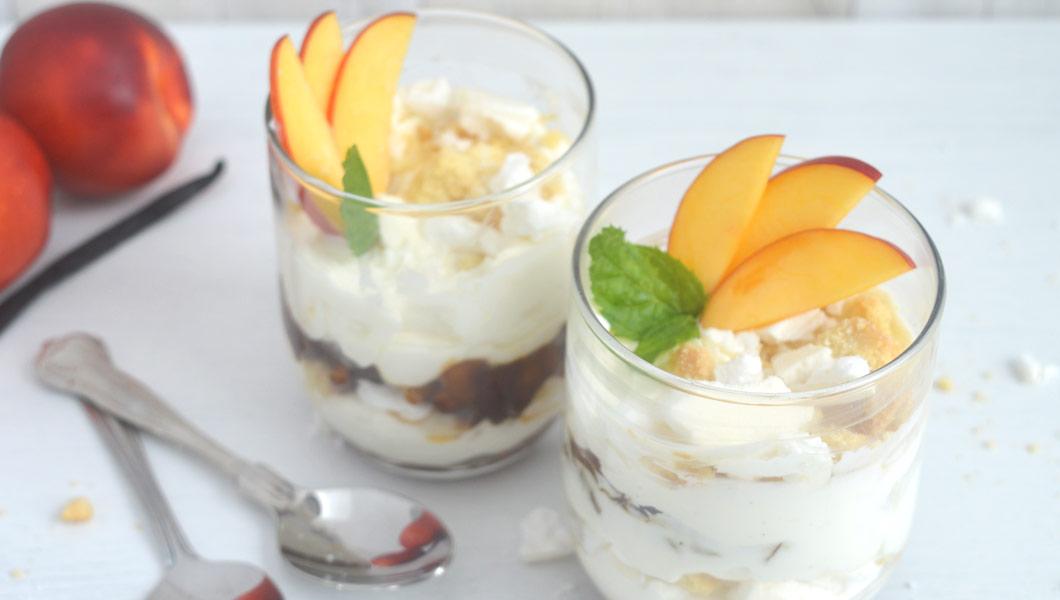 ricetta dessert al cucchiaio monoporzione alle pesche mascarpone yogurt greco meringhe e biscotti