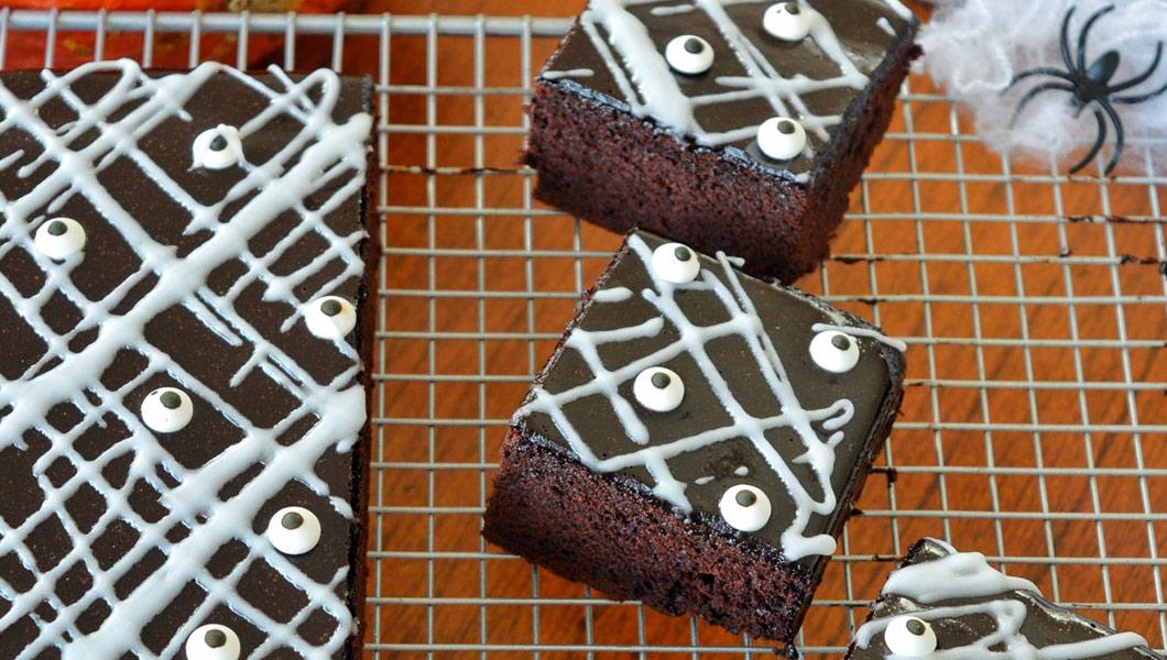 torta con occhi mattoncino al cioccolato di halloween