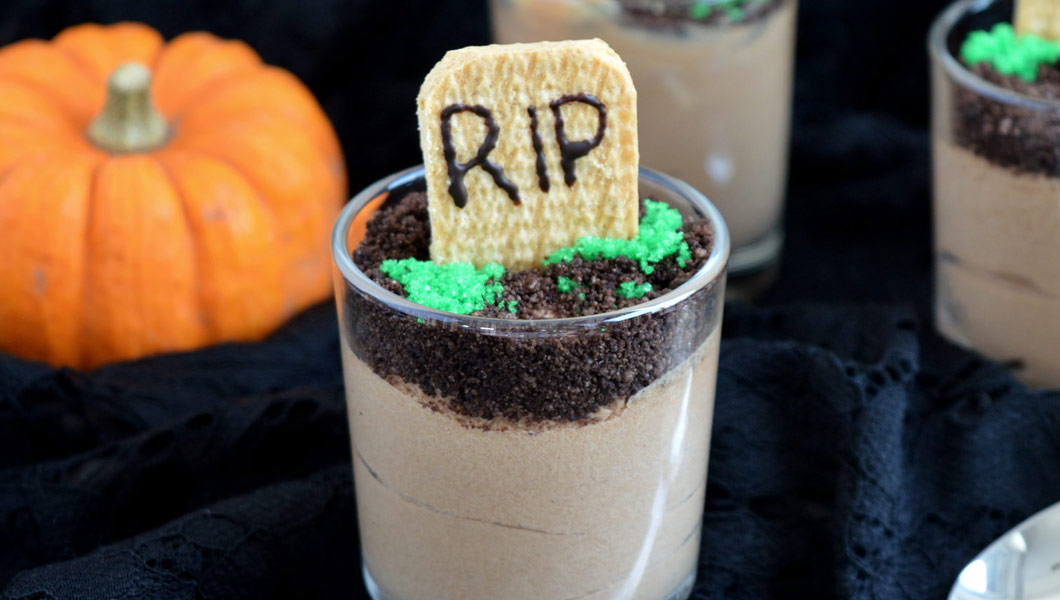 mousse al cioccolato di Halloween con lapide RIP bara