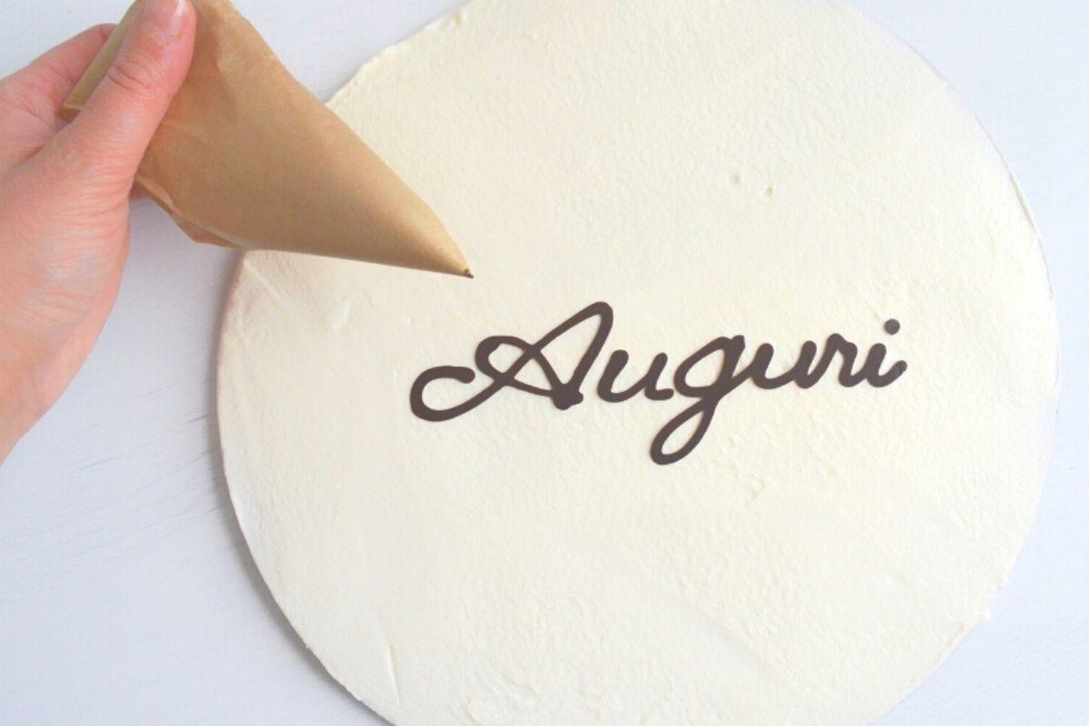 scrivere su una torta con il cioccolato