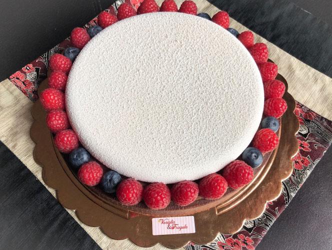 torta roulette vista dall'alto con frutti di bosco freschi intorno