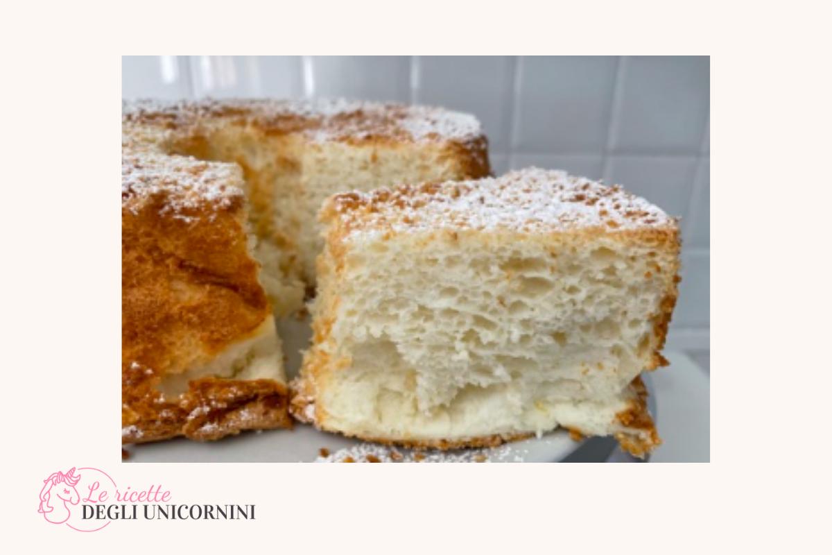 fetta di torta Angel cake in evidenza, consistenza morbida e molto spugnosa