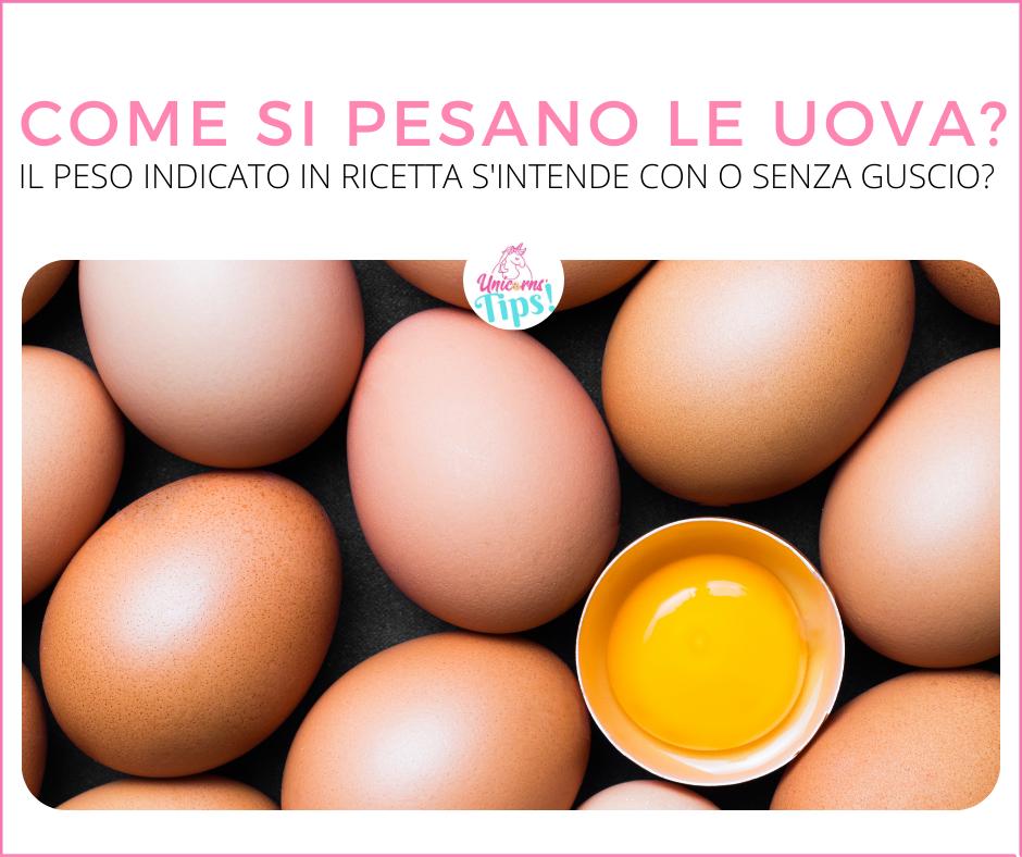 uova intere e un uovo aperto a metà con tuorlo in evidenza