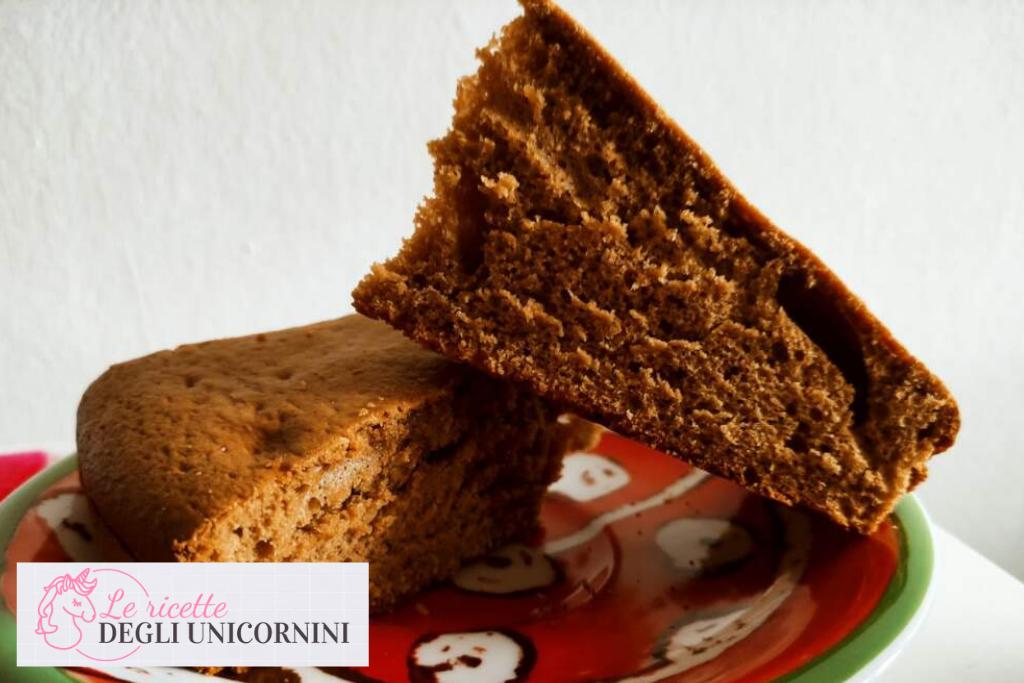 fette di torta nocciolata, consistenza morbida e spugnosa